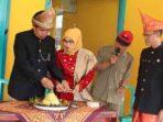 Camat Kedurang memotong nasi tumpeng memperingati HUT Kabupaten Bengkulu Selatan tahun 2017