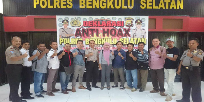 Para Jurnalis, Kapolres, Kasat Binmas dan kasi Humas Polres BS Deklarasi Anti Hoax