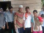Diki dan Keluarga foto bersama Ketua Baznas dan rombongan