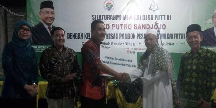 Dirjen PKP Trans Kemendes saat menyerahkan bantuan kepaa pimpinan P{on[es Makhrifatul Ilmi