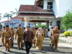 Gubernur Bengkulu Rohidin Mersyah saat meninjau Komplek Perkantoran yang akan di renovasi