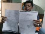 Hendra Lafino menunjukan surat pernyataan direktur Pt Wahan Indo Perkasa