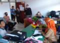 Warga desa Kemang Manis saat menyampaikan laporan ke Inspektorat daerah