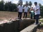 Kadis PUPR BS Silustero dan Kabid Pengairan Yopriadi saat memantau pembangunan Saluran Irigasi Air Putih Muara Payang Seginim