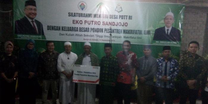Pimpinan Bank BNI serahkan bantuan dana kepada Piminan Ponpes Makhrifatul Ilmi