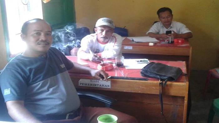 Perangkat Desa Muara Pulutan saat ditemui di kantor Desa
