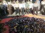Plt Bub Gusnan Mulyadi saksikan pemusnahan ribuan botol Miras di Mapolres BS