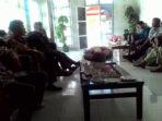 Warga Padang Beriang Menyampaikan Tuntutannya kepada Anggota Dewan Komisi III DPRD BS