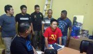 """Permalink to Pakai Kaos Berlambang """"Celurit dan Palu"""" WNA Asal Hongkong Ini Diserahkan ke Polisi"""