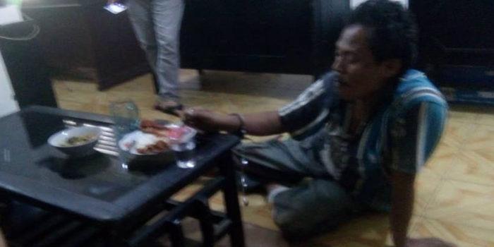 A;lamrhum Yanto TSK Curnak saat makan disela pemeriksaan Penyidik Reskrim Polres BS